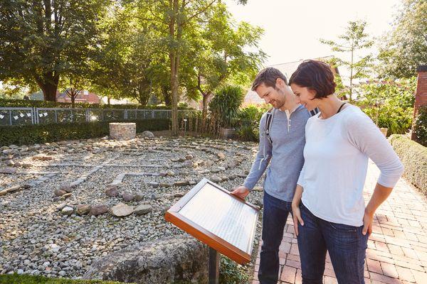 """Bibelgarten Werlte - Besucher im Gartenbereich """"Wüste"""", eine Erinnerung an die 40 Jahre dauernde Wanderung des Volkes Israel."""